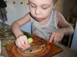 33. Рома (4 года). Готовим к ужину салат