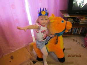 48. Катя (3 года). Конь есть - жду принца!