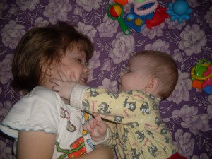 12. Сестренки - Катя (5 лет) и Лиза (5 мес.)