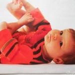 Яркий полувер с вывязанным мотивом для ребенка до трех лет спицами